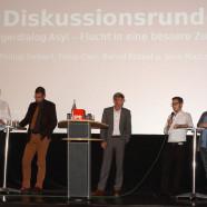 Eine rege Diskussion in der Erlenbach Kino Passage zum Asyl-Thema. (Von links nach rechts: Bernd Rützel, Jens-Marco Scherf, Werner Hillerich, Fabio Calo, Philipp Seibert)